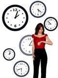 Vrouw die haar horloge bekijkt Royalty-vrije Stock Afbeeldingen