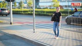 Vrouw die haar horloge in straat bekijken terwijl het wachten van haar vriend die voor een datum laat is stock footage