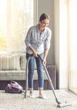 Vrouw die haar huis schoonmaken Stock Afbeelding