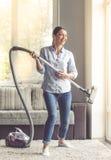 Vrouw die haar huis schoonmaken Stock Foto