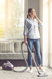 Vrouw die haar huis schoonmaken Royalty-vrije Stock Foto's