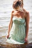 Vrouw die haar kleding nat krijgt Stock Foto's