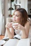 Vrouw die haar koffiekop houden Stock Foto