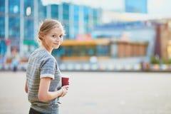 Vrouw die haar koffiepauze buiten het bureau of de universiteit hebben Stock Afbeelding