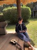 Vrouw die haar Mobiele Telefoon controleren stock foto