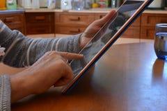 Vrouw die haar Mobiele Telefoon controleren stock fotografie