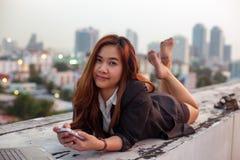 Vrouw die haar mobiele telefoon met behulp van stock afbeelding