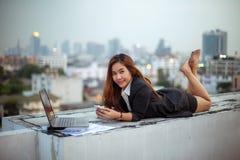 Vrouw die haar mobiele telefoon met behulp van royalty-vrije stock foto's