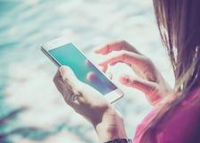 Vrouw die haar mobiele telefoon met behulp van Royalty-vrije Stock Afbeelding