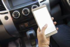 Vrouw die haar navigatie van de smartphone open mobiele toepassing of gps met behulp van terwijl het drijven Vage auto binnenland stock foto