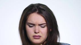 Vrouw die haar die neus in afschuw en afkeer, hoofd en schouders verknoeien op wit wordt geïsoleerd stock videobeelden
