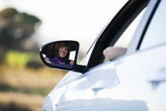 Vrouw die haar nieuwe auto drijft royalty-vrije stock foto
