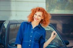 Vrouw die haar nieuwe auto het zeer belangrijke gelukkig glimlachen tonen royalty-vrije stock afbeeldingen