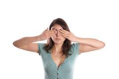 Vrouw die haar ogen behandelen stock foto
