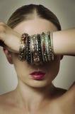 Vrouw die haar ogen behandelen met hand Royalty-vrije Stock Foto's