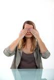 Vrouw die haar ogen behandelt stock fotografie