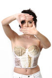 Vrouw die haar ogen frame Stock Fotografie