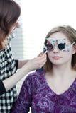 Vrouw die haar ogen heeft die door een oogarts worden onderzocht Royalty-vrije Stock Afbeeldingen
