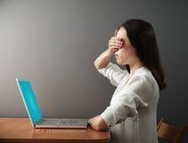 Vrouw die haar ogen met de hand behandelen Royalty-vrije Stock Afbeelding