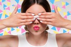 Vrouw die haar ogen verbergt Royalty-vrije Stock Foto's