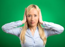 Vrouw die haar oren behandelen die onplezierige ruwe situatie vermijden Stock Fotografie