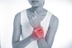 Vrouw die haar pijnlijke pols houden stock afbeelding