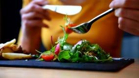 Vrouw die haar plantaardig saladerestaurant eten stock video