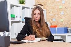Vrouw die haar programma maken Stock Foto's