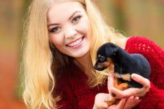 Vrouw die haar puppyhond embrancing Royalty-vrije Stock Afbeelding