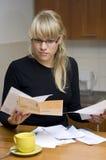 Vrouw die haar rekeningen betaalt stock afbeeldingen