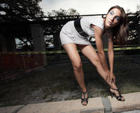 Vrouw die haar schoen buigt vast te binden Stock Afbeelding