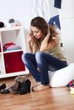 Vrouw die haar schoenen kiest Royalty-vrije Stock Foto