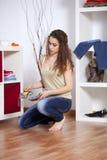 Vrouw die haar schoenen kiest Stock Fotografie