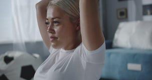 Vrouw die haar schouders thuis opleiden stock video