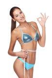 Vrouw die haar slank lichaam meet Stock Fotografie