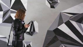 Vrouw die haar slimme telefoon controleren stock video
