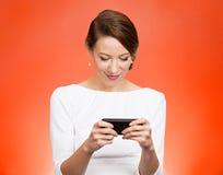 Vrouw die haar slimme telefoon met behulp van royalty-vrije stock afbeelding