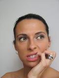 Vrouw die haar spijker bitting Stock Foto