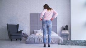 Vrouw die haar succes na het losmaken van gewicht tonen stock video