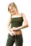 Vrouw die haar taille meet royalty-vrije stock afbeelding