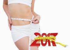 Vrouw die haar taille meten tegen 3D 2017 Stock Foto's