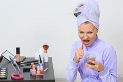 Vrouw die haar tanden borstelen en op de telefoon spreken Royalty-vrije Stock Afbeelding