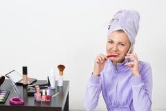 Vrouw die haar tanden borstelen en op de telefoon spreken Royalty-vrije Stock Foto's