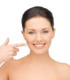 Vrouw die haar tanden tonen Stock Foto