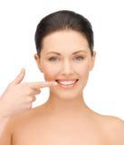 Vrouw die haar tanden tonen Royalty-vrije Stock Fotografie