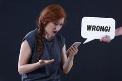 Vrouw die haar telefoon bekijkt royalty-vrije stock afbeeldingen