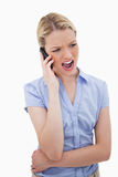 Vrouw die in haar telefoon schreeuwt stock foto's