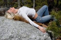 Vrouw die haar terug overspant. royalty-vrije stock fotografie