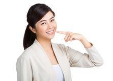Vrouw die haar toothy glimlach tonen royalty-vrije stock fotografie
