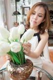 Vrouw die haar tulpen in de vaas schikken Royalty-vrije Stock Fotografie